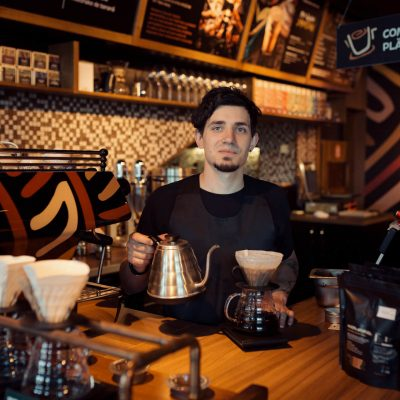 barista-at-work-in-a-coffee-shop-PKDR5MG