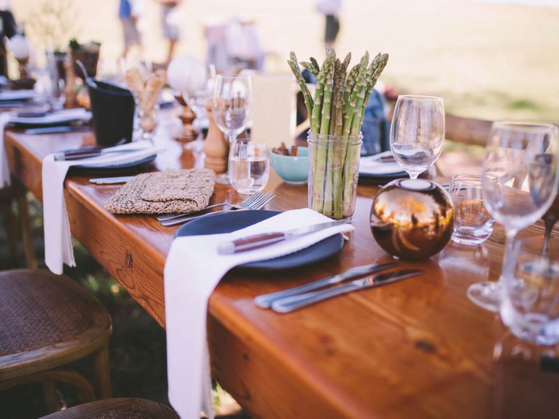 restaurant-dinner-festive-lunch-cutlery-table-wine-glass-wedding-no-people-event-wedding-reception_t20_kneo1p